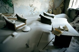 Norilsk est confrontée, malgré sa prospérité, à de gros problèmes d'entretien de son parc immobilier. La majeure partie des habitations de Norilsk a été construite sur pilotis. Le dégel du permafrost rend instables les fondations des édifices, les murs de soutiens se fissurent et les bâtiments sont progressivement abandonnés, inhabitables. Aujourd'hui, le principal problème de la ville est le dégel des couches supérieures du pergélisol, ce sol gelé en permanence, sous l'effet de nombreux facteurs : - élévation de la température globale de la région de Norilsk. - influence du milieu urbain. - Pendant de nombreuses années, principalement à la suite de l'effondrement de l'URSS, les canalisations souterraines n'ont plus été entretenues et de nombreuses fuites d'eau chaude sont apparues. - rejets des substances polluantes dans l'atmosphère. - concentration importante de sel dans le sol, suite au déneigement abondant de la ville.