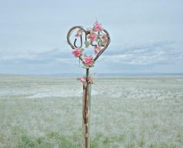 USA, Wyoming: Entlang einer Bundesstraße steht eine Gedenktafel in Form eines Herzens am Wegesrand. Bilder eines Landes, dass uns so fremd und doch so nah scheint. Fotografiert auf einer Reise durch 22 Bundesstaaten durch die USA im Jahr 2015 und 2016. FOTO: Mario Wezel