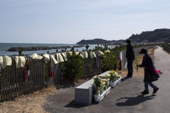 일본 최악의 자연 재해 중 하나 인 동일본 대지진 10 주년을 맞이한 사람들은 11 일 일본 후쿠시마 현 히사 노 하마에서 바다 앞에서 희생자들을 기념합니다.  AFP 연합 뉴스