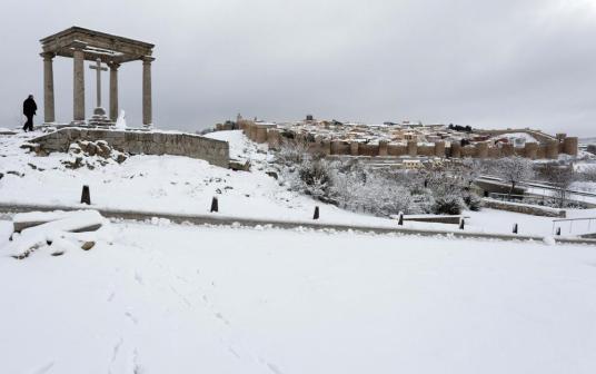 Vista general de Ávila nevada desde Los Cuatro Postes.