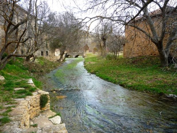 Lumias y el río Talegones a su paso.