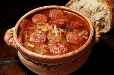 Sopa de col con salchichas