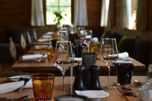 table, bar, restaurant-3084384.jpg