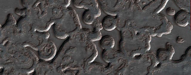 O dióxido de carbono que se transforma de sólido em gás esculpe essas estranhas formas no pólo sul de Marte.
