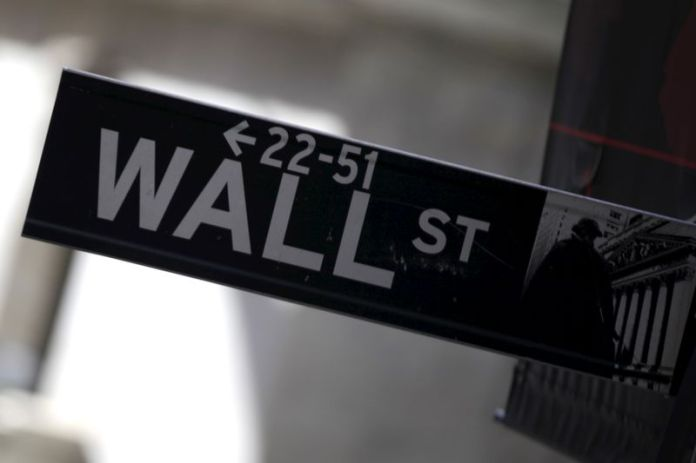 © Reuters. A Wall Street sign is seen in Lower Manhattan in New York