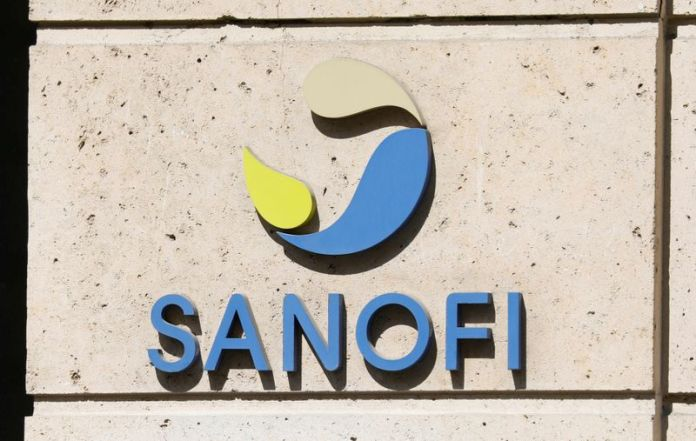 © Reuters. FILE PHOTO: Sanofi logo is seen in Paris