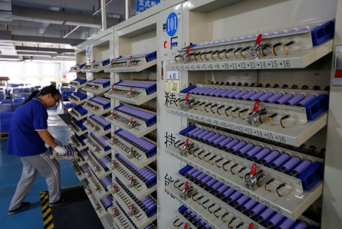 © Reuters. FILE PHOTO: Batteries for electric vehicles are manufactured at a factory in Dongguan