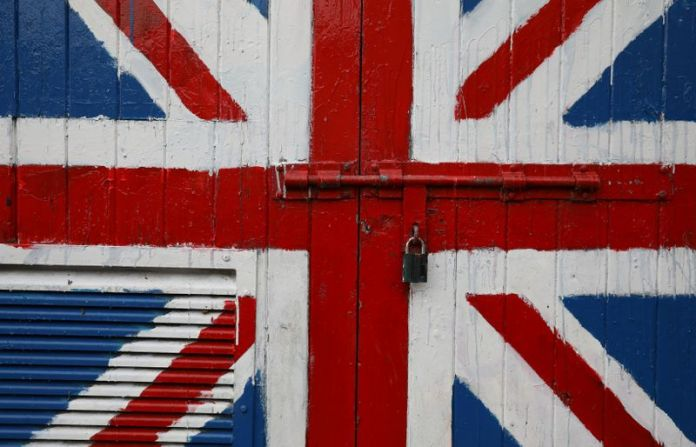 © Reuters. A padlock is seen on a door covered with a Union Jack mural on the Fountain Estate in Londonderry, Northern Ireland