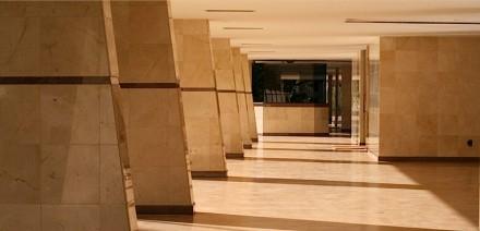 """Anche negli spazi esterni si apprezza la pietra naturale """"calma""""."""