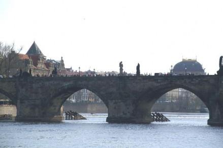 Auf 16 mächtigen Pfeilern ruht die Brücke.