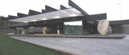 Granite boulders carry the roof of the Mestizo-Restaurants in a Santiago de Chile city park.