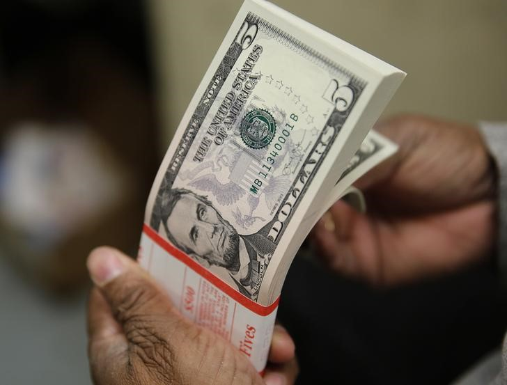 © Reuters.  Short-Dollar Trade Wiped Out as Tariff Wars Undermine Growth