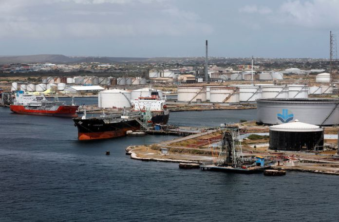© Reuters. FILE PHOTO: Crude oil tankers are docked at Isla Oil Refinery PDVSA terminal in Willemstad on the island of Curacao