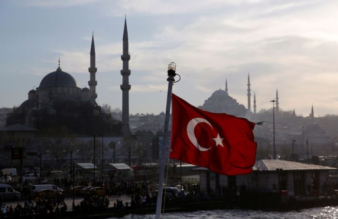 © Reuters. FILE PHOTO: A Turkish flag flies on a passenger ferry in Istanbul