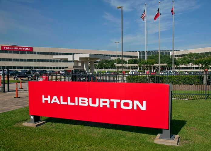© Reuters. The company logo of Halliburton oilfield services corporate offices is seen in Houston