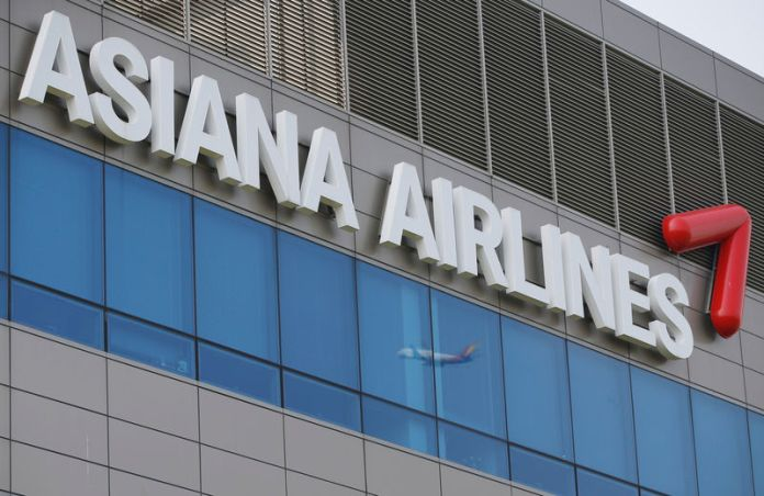 © Reuters. FILE PHOTO: A view of Asiana Airlines' head office in Seoul