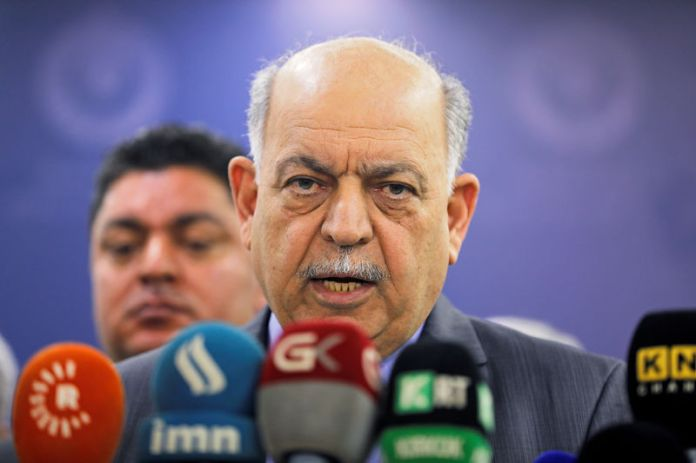 © Reuters. Iraqi Oil Minister Thamer Ghadhban speaks to the media at the ministry's headquarters in Baghdad