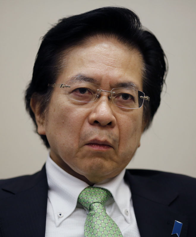 © Reuters. FILE PHOTO:  Honda, special adviser to the Cabinet and a leading architect of Prime Minister Shinzo Abe's reflationary economic policy, speaks during an interview with Reuters in Tokyo