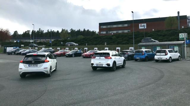 Cars queuing for DC fast charging - Ståle Frydelund/Norwegian EV Association