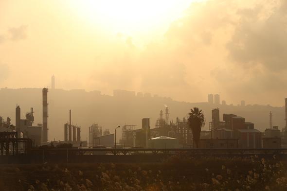 Air pollution in the Haifa Bay. Photo: Elad Gershgoren