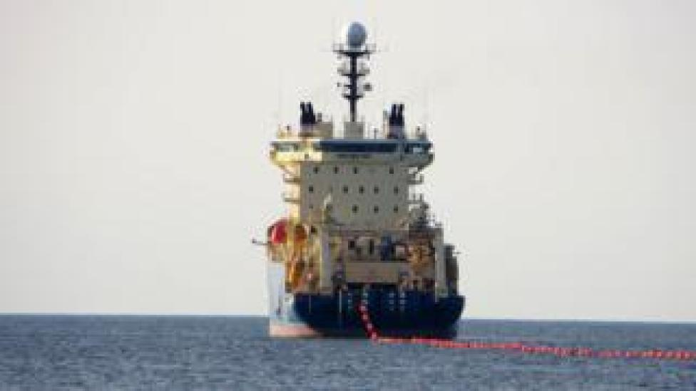 A ship dragging a cable