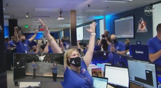 Nasa control room celebrates the success (Nasa)