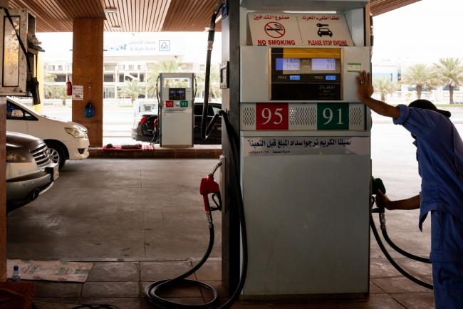 © Bloomberg. An attendant returns the pump handle after refilling an automobile with fuel at a gas station in Riyadh, Saudi Arabia, on Tuesday, May 19, 2020. Hit simultaneously by plunging crude prices and coronavirus shutdowns, the non-oil economy is expected to contract for the first time in over 30 years. Photographer: Tasneem Alsultan/Bloomberg