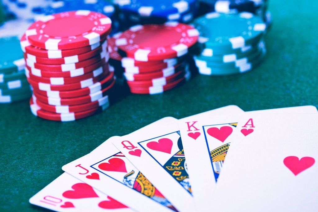 Online Poker Vs Live Poker Games: Which Is Easier and Top 10 Differences