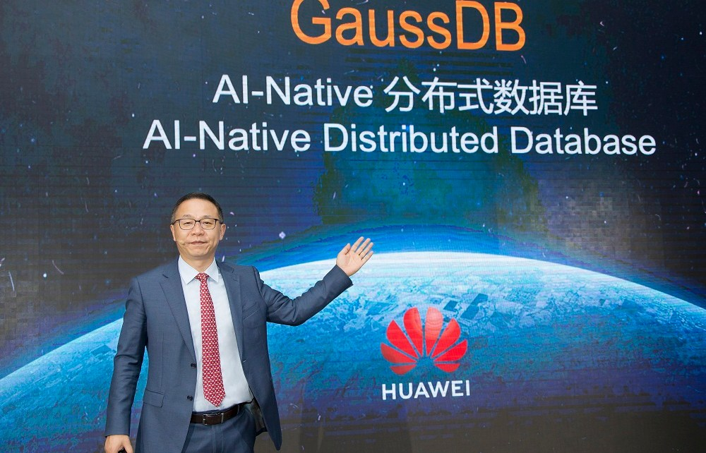 David Wang, Huawei Executive Director of the Board and President of ICT Strategy & Marketing, launches the AI-Native database