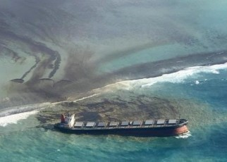 Thousands of students, environmental activists, and residents of Mauritius were working around the clock yesterday, trying to reduce the damage to the oil spill that was caused by a Japanese freighter off its coast.