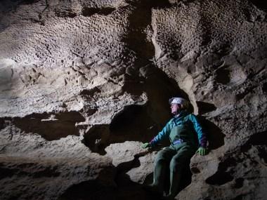 Piergiorgio Varagnolo sotto una parete lavorata a scallops, Ramo dell'Argilla (foto Sandro Sedran team, archivio GSM)