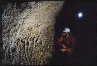 Concrezioni a cavolfiore sulle pareti del Ramo dei Sabbioni, con Dario Zampieri (foto Gianni de Angeli)