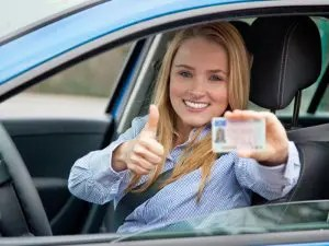 تنبيه ، الوافدون الجدد على رخص القيادة: يمكن أن يؤدي تجاوز السرعة الزائد إلى تمديد فترة التجربة.