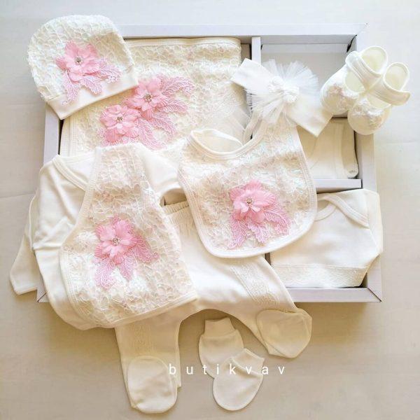 dantelli tasli suslu kiz bebek hastane cikisi tulum seti 01 scaled - Dantel & Çiçek Süslemeli 10'lu Hastane Çıkış Seti