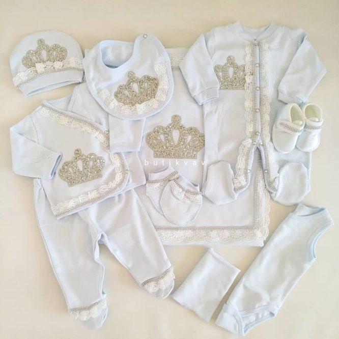 erkek bebek 10 lu hastane cikisi seti 100 pamuk 02 scaled - Erkek Bebek Kral Tacı Taş Süslemeli 10'lu Hastane Çıkışı