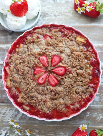 Strawberry-Raspberry-Rhubarb-Crumble-with-vanilla-ice-cream