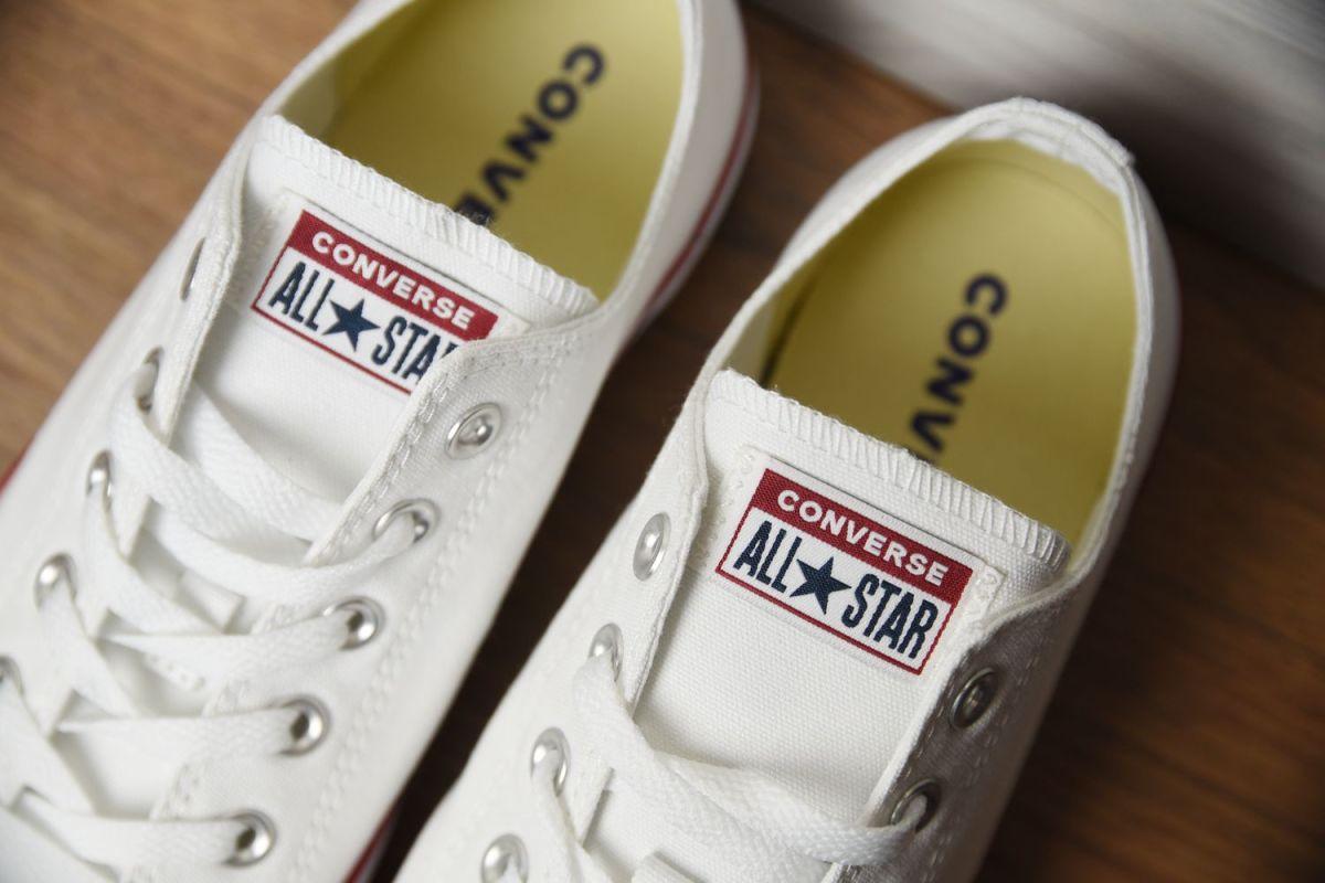Język w butach Converse
