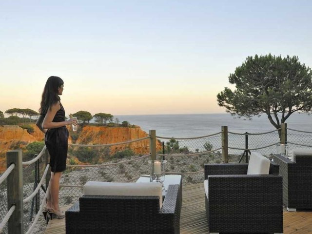 wealthy-woman-sea-view-4