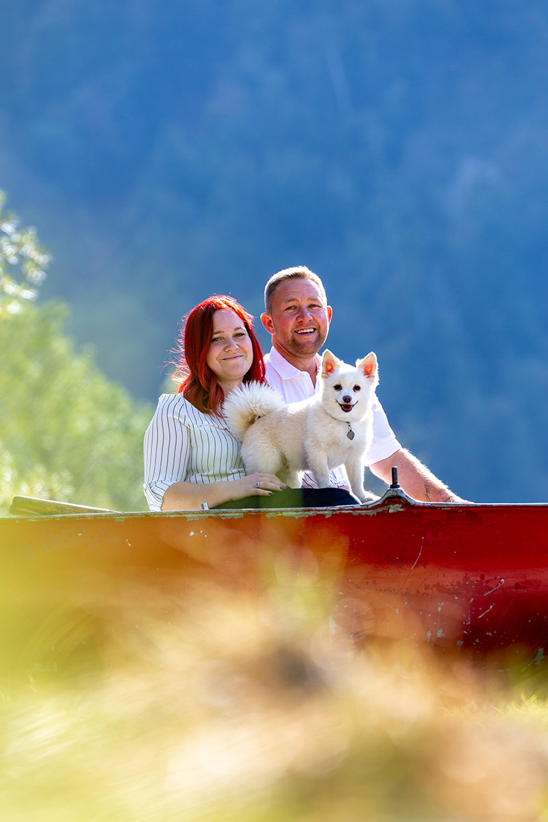 Pärchen mit Hund am Ufer des Hintersee