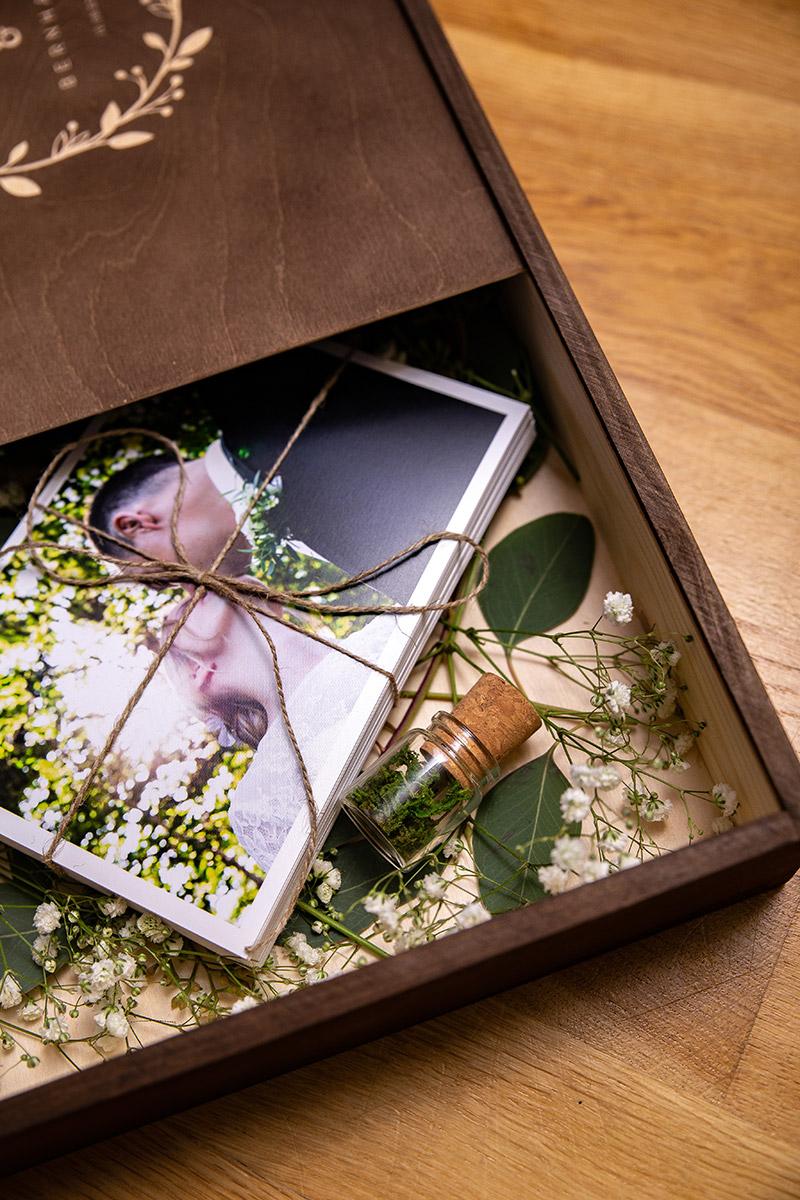 Holz-Fotobox mit Gravur, Fotodrucken und USB-Stick in Form einer Flaschenpost