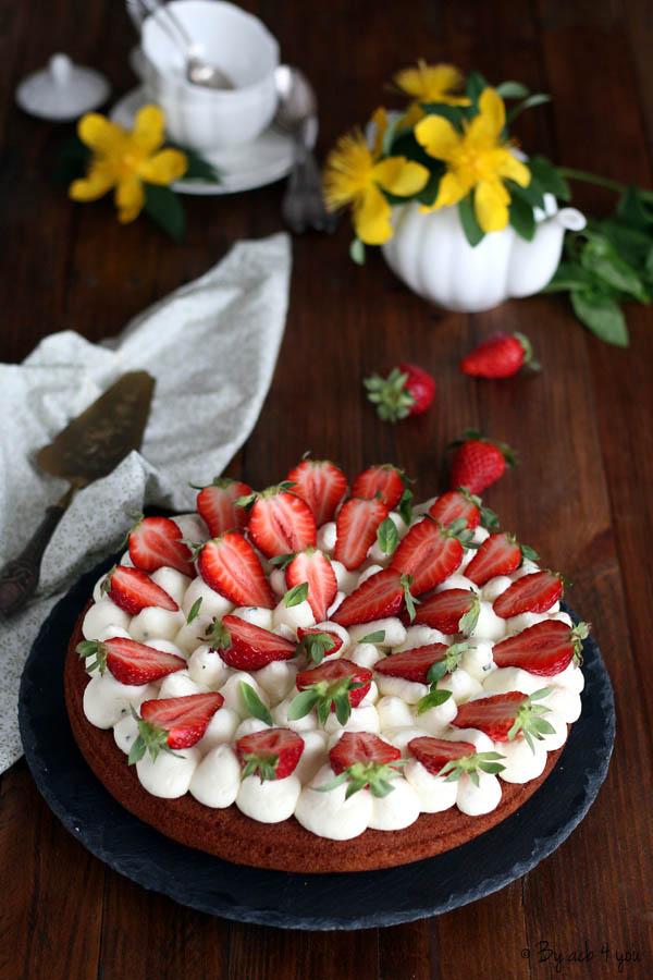 gateau aux fraises sur chantilly au chocolat blanc et basilic