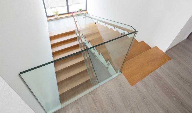 Skleněné zábradlí na schodiště ve stopách současného trendu