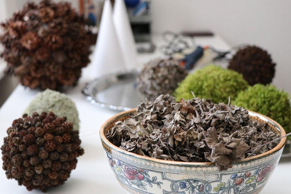 Udsmykningsopgave: DIY julekugler af naturmaterialer - mos, ellekogler og skagenroser