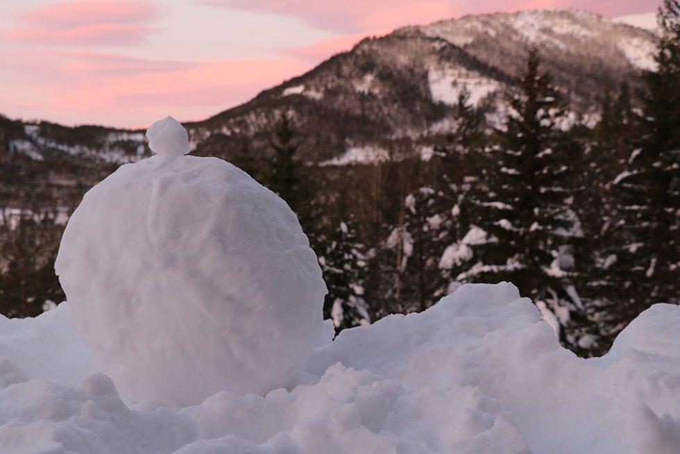 Snemand i Telemarken ved solopgang