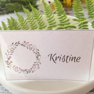 Blomsterkrans bordkort - denne mørk brune skriften, følger med, og kan redigeres.