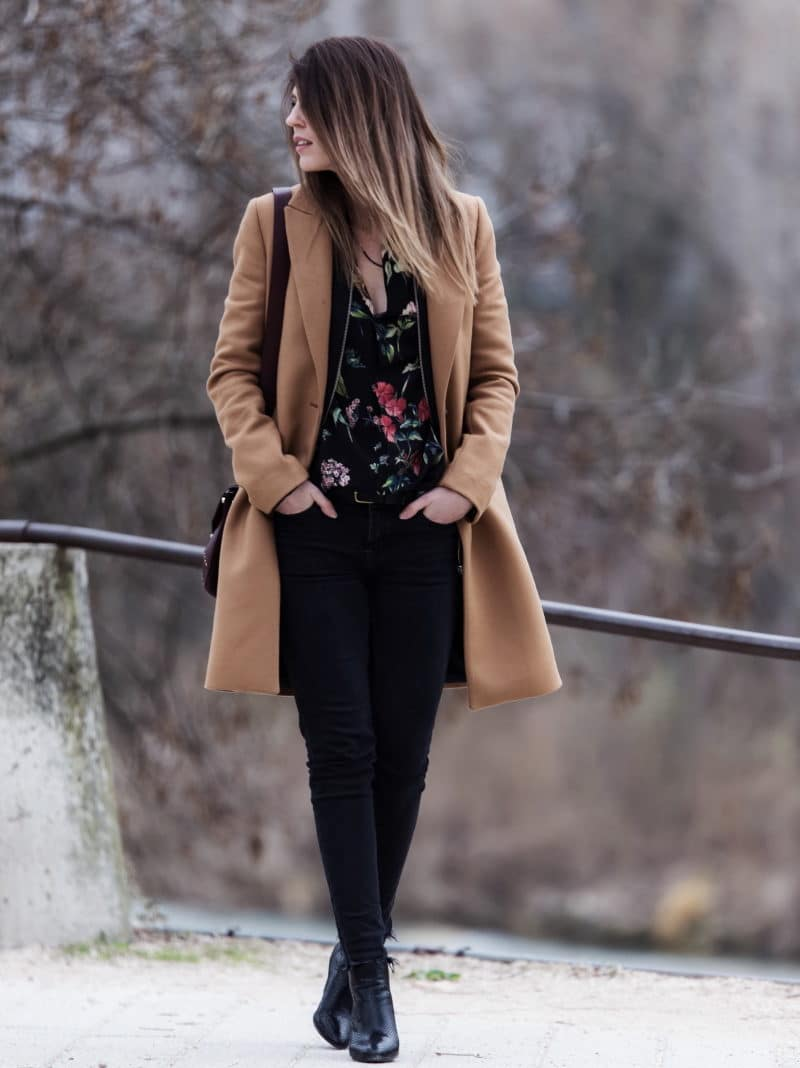 blouse fleurs manteau camel