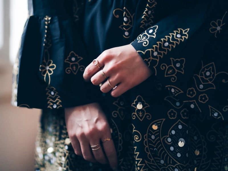 look tenue noël 2017 robe boots sequins detail bagues