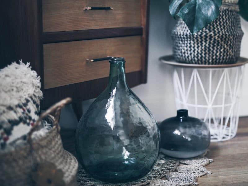 Décoration salon salle à manger table DIY bois brut pieds métal dame jeanne