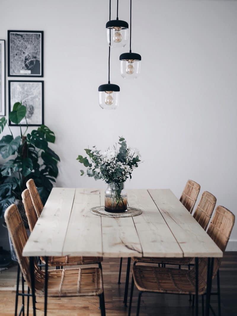 Décoration salon salle à manger table DIY bois brut pieds métal suspensions