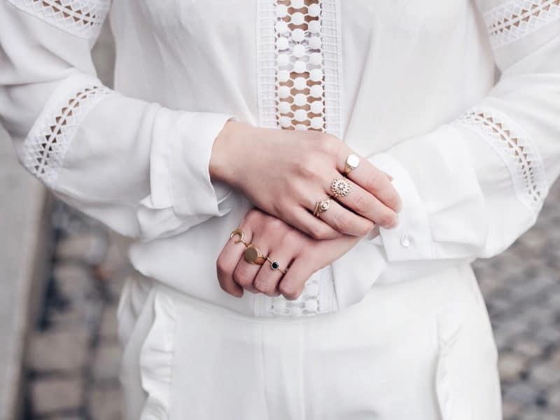 Look pantalon blanc à volants, blouse Navy Paris, sac rond Bali et baskets à paillettes bagues